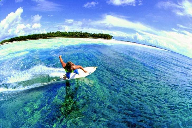 Faire du surf aux Maldives