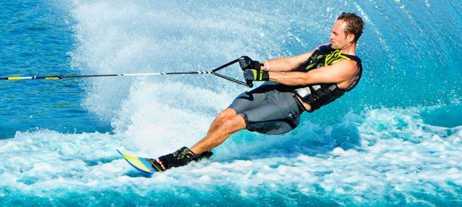 Faire du ski nautique aux Maldives